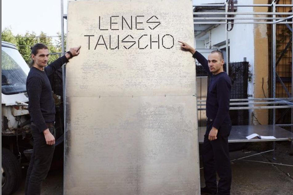 """Aaron Krautheim (rechts) ist der Initiator des Projekts """"Lenes Tauscho"""". Sein Bruder Simon Krautheim fertigte den ersten Entwurf des Schrankes an."""