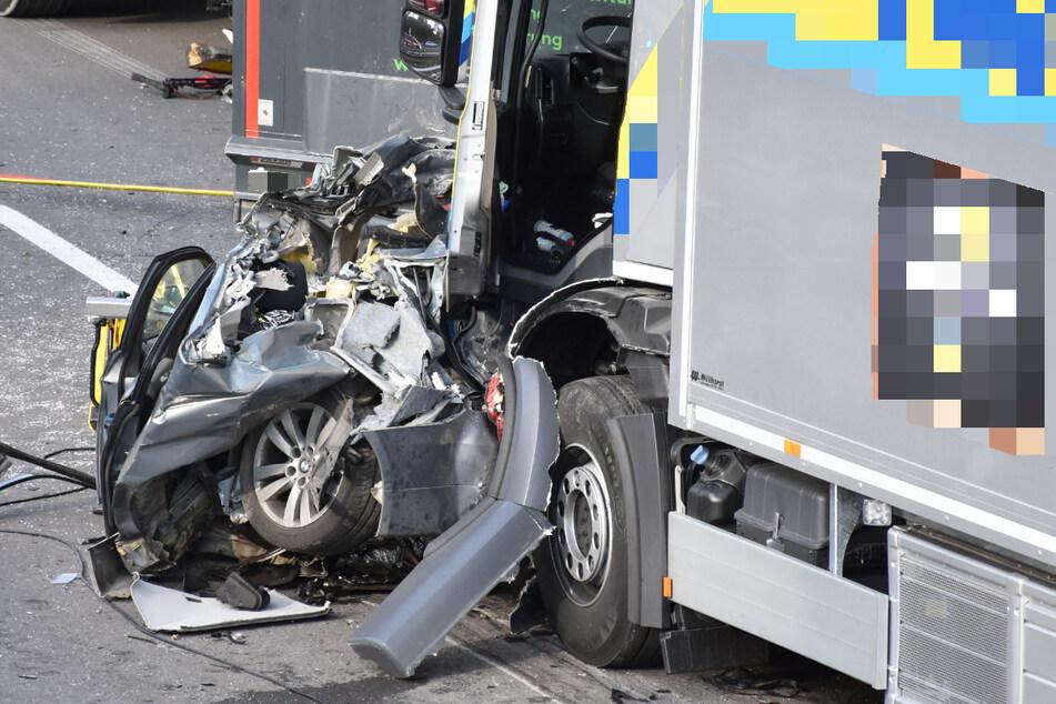 Die 58 Jahre alte BMW-Fahrerin hatte keine Chance, den schweren Unfall auf der B17 auf Höhe Graben im Landkreis Augsburg zu überleben.