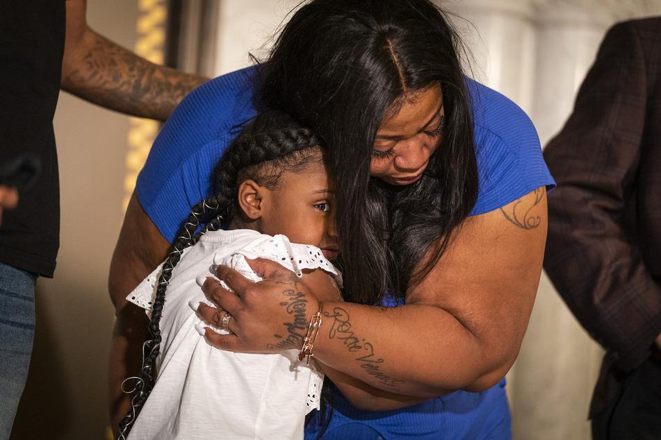 Roxi Washington (r), Mutter von George Floyds Tochter, und seine Tochter Gianna Floyd nehmen an einer Pressekonferenz in der Minneapolis City Hall teil.