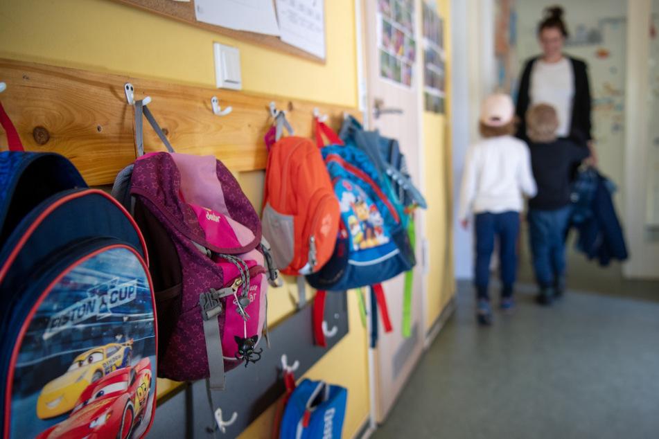 Kinderrucksäcke hängen im Eingangsbereich eines Kindergartens. (Zu «Kitas in Brandenburg im brandenburgischen Wandlitz.