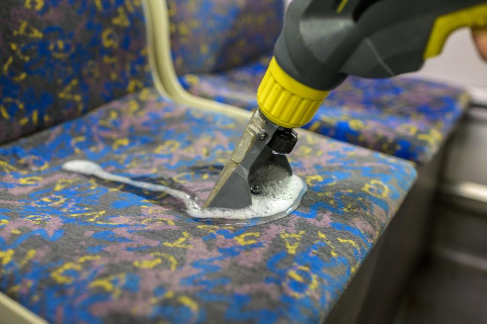 Bei einer wöchentlichen Unterhaltsreinigung werden die Sitzpolster gereinigt und entfusselt. Je neuer, desto elektrostatisch aufgeladener.