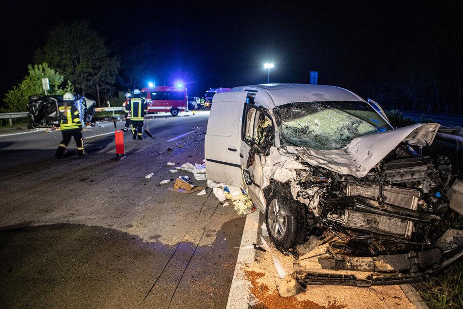 Der Wagen krachte offenbar frontal in das abgestellte Auto am Seitenrand.