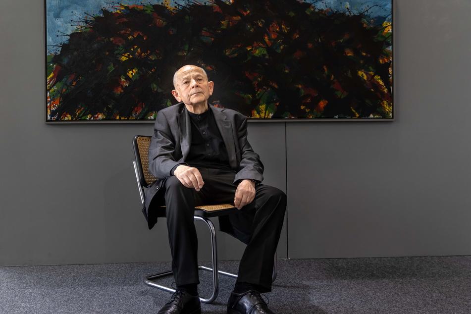 Der Dresdner Künstler vor einem seiner in der Galerie Weise ausgestellten Aquarelle.