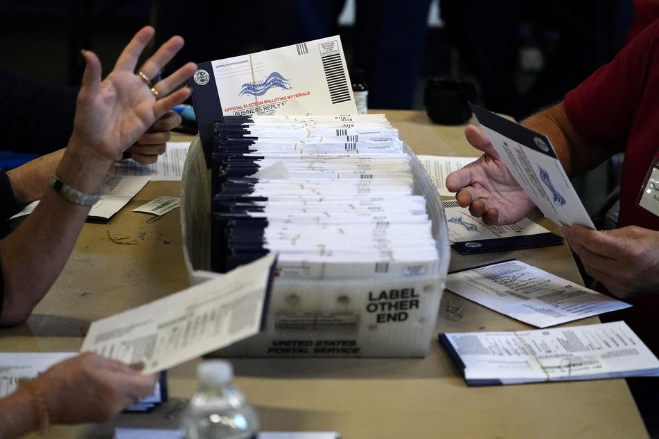 Wahlhelfer bearbeiten die Briefwahl-Stimmzettel für die US-Präsidentschaftswahl.