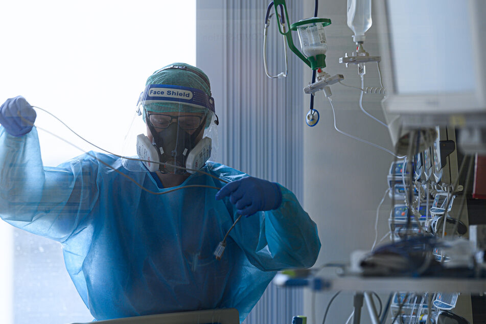 Ein Intensivpfleger auf der Covid-19 Intensivstation (ITS) im Städtischen Klinikum Dresden.