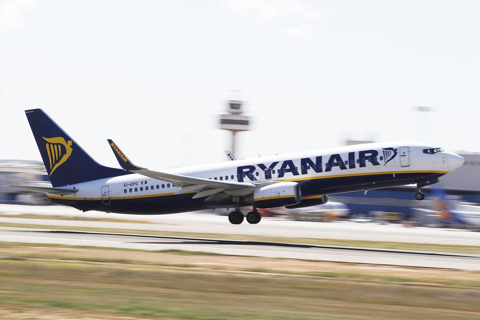 Eine Boeing 737-8AS der irischen Fluggesellschaft Ryanair startet vom Flughafen Mallorca.
