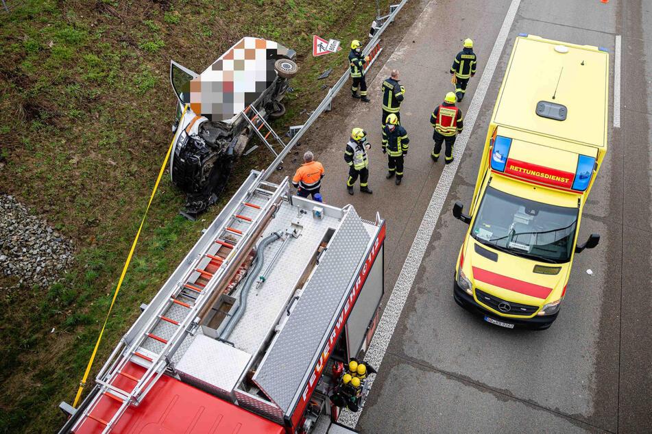 Unfall A13: Transporter kracht auf A13 durch Leitplanke und landet schwer beschädigt im Graben