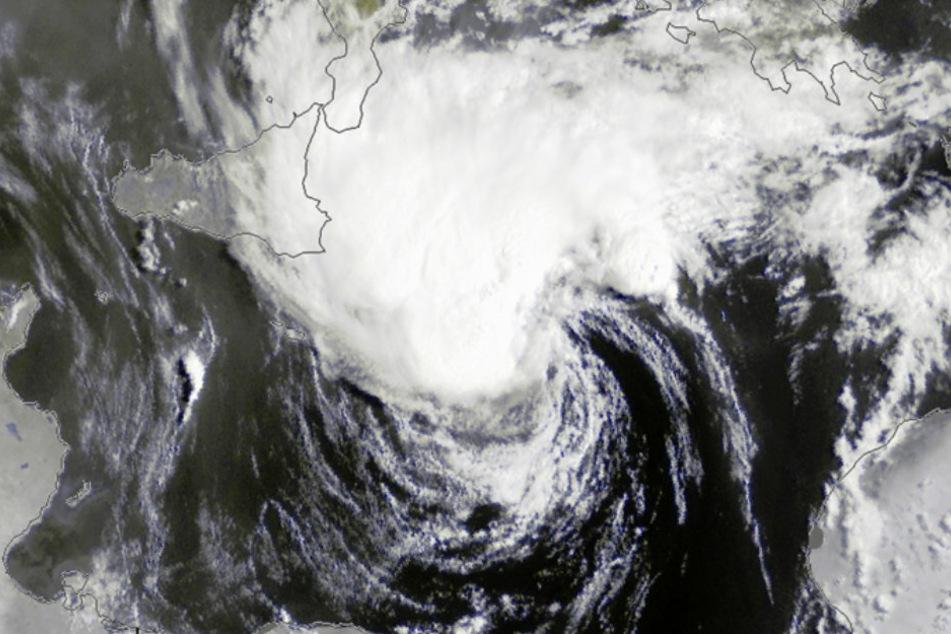 Das Satellitenbild von Mittwochmorgen des deutschen Wetterdienstes zeigt die Entwicklung des Sturmes im Mittelmeer.