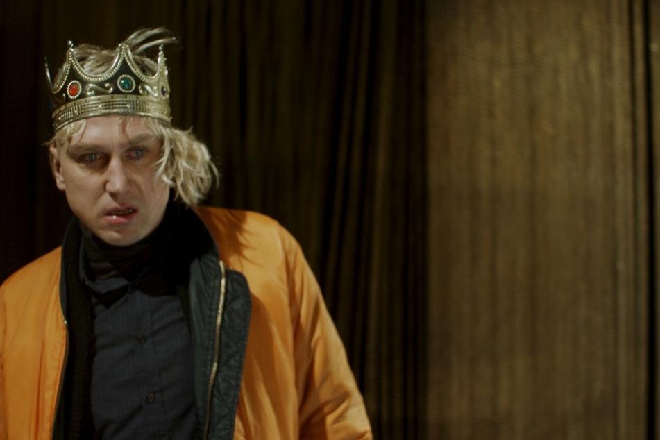 Sven (Lars Eidinger) will es noch einmal wissen und ein letztes Mal als Hamlet auf die Bühne zurückkehren.