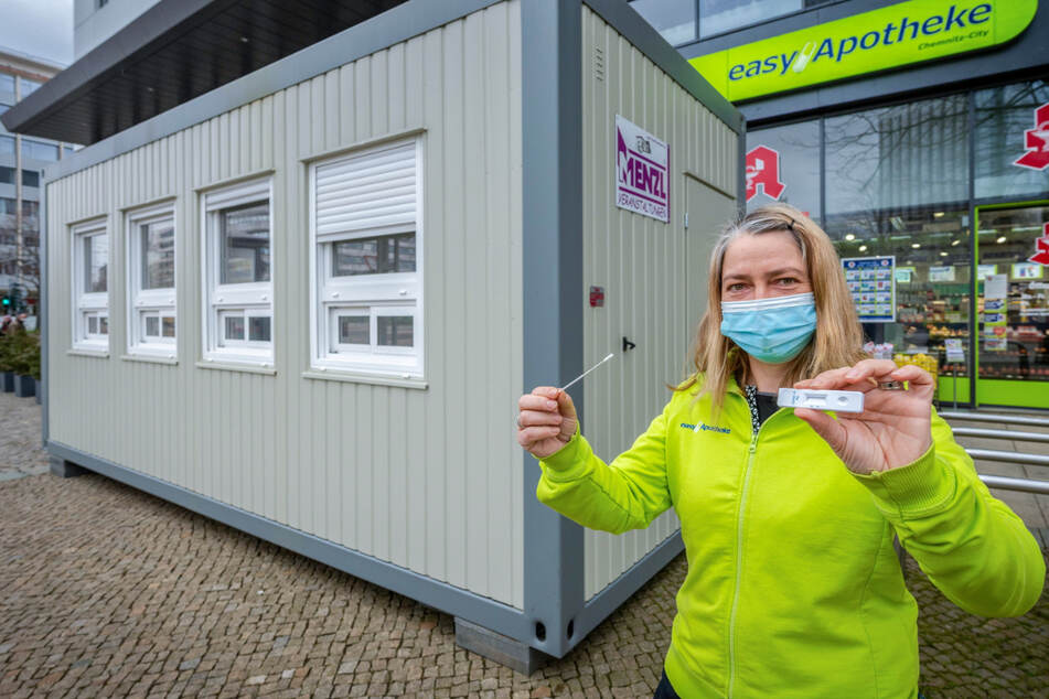 Kaum noch was los, bietet aber reisetaugliche Tests: Manon Knaak (46) von der easyApotheke im Chemnitzer Zentrum.