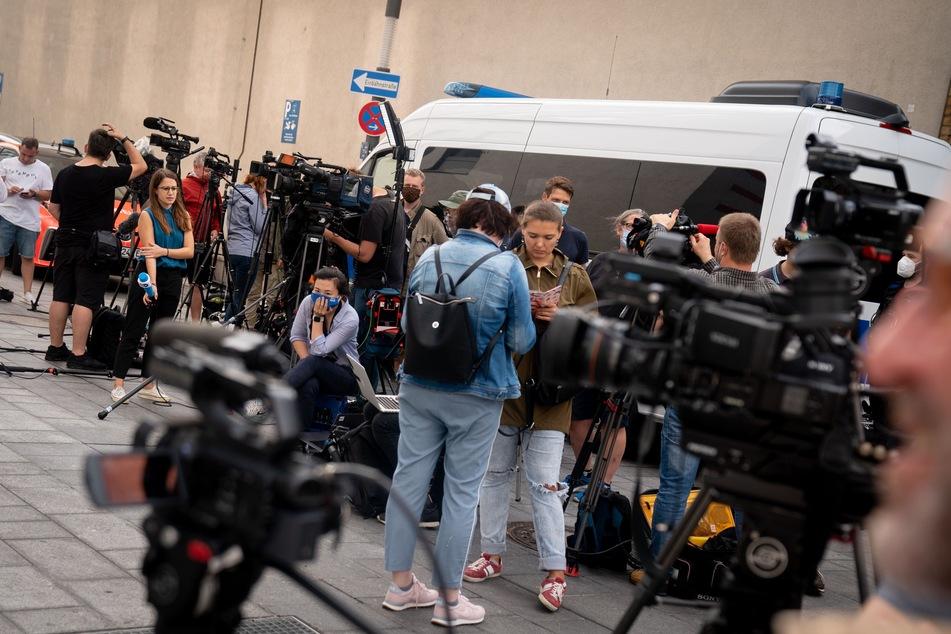 Journalisten stehen vor der Charite. Hier wird Nawalny nach seiner Ankunft behandelt.