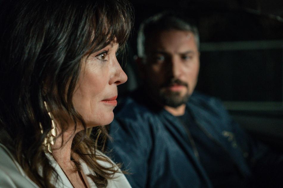 Trotz der Bedrohung durch einen anonymen Stalker zeigt sich die Schauspiel-Diva Simone Mankus (Iris Berben) gegenüber ihrem Bodyguard Robert Fallner (Murathan Muslu, 38) wenig kooperativ.