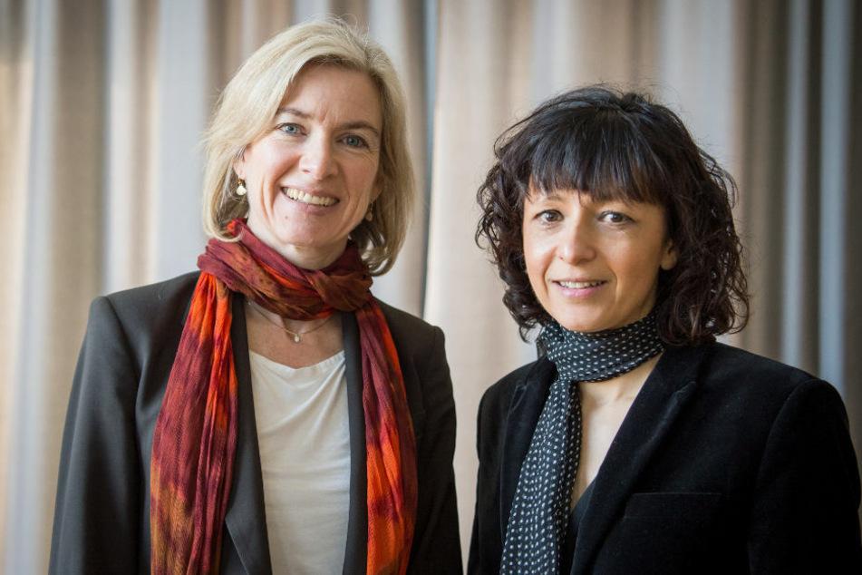 Die amerikanische Biochemikerin Jennifer A. Doudna (56, l.) und die französische Mikrobiologin Emmanuelle Charpentier (51) stehen 2016 im Casino der Goethe-Universität beisammen. 2020 werden beide Wissenschaftlerinnen mit dem Nobelpreis für Chemie ausgezeichnet. (Archivfoto)