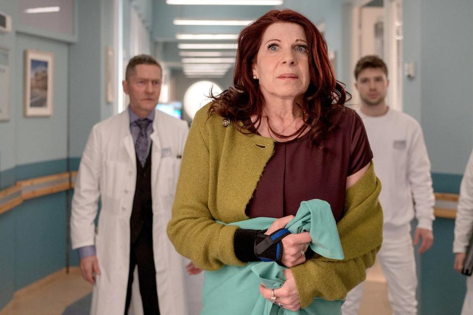 Vera Bader ist wegen einer Kontrolluntersuchung in der Sachsenklinik. Schnell wird ihr Besuch für alle Beteiligten zum Chaos.