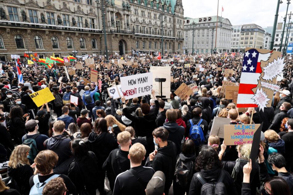 Tausende gingen am Samstag in Hamburg gegen Rassismus und Polizeigewalt demonstrieren.