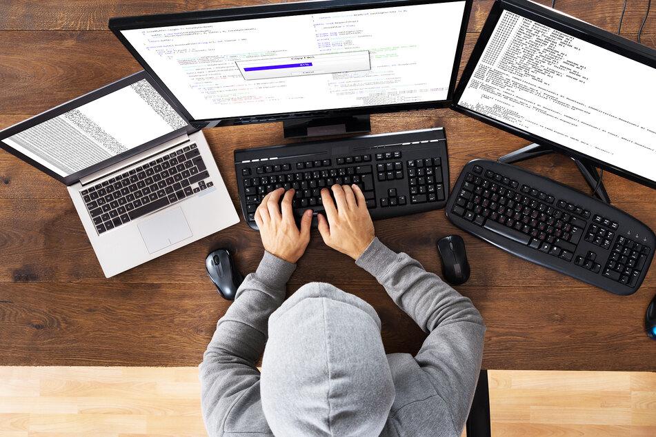 Ein Hacker macht sich an verschiedenen Plattformen zu schaffen. (Symbolbild)