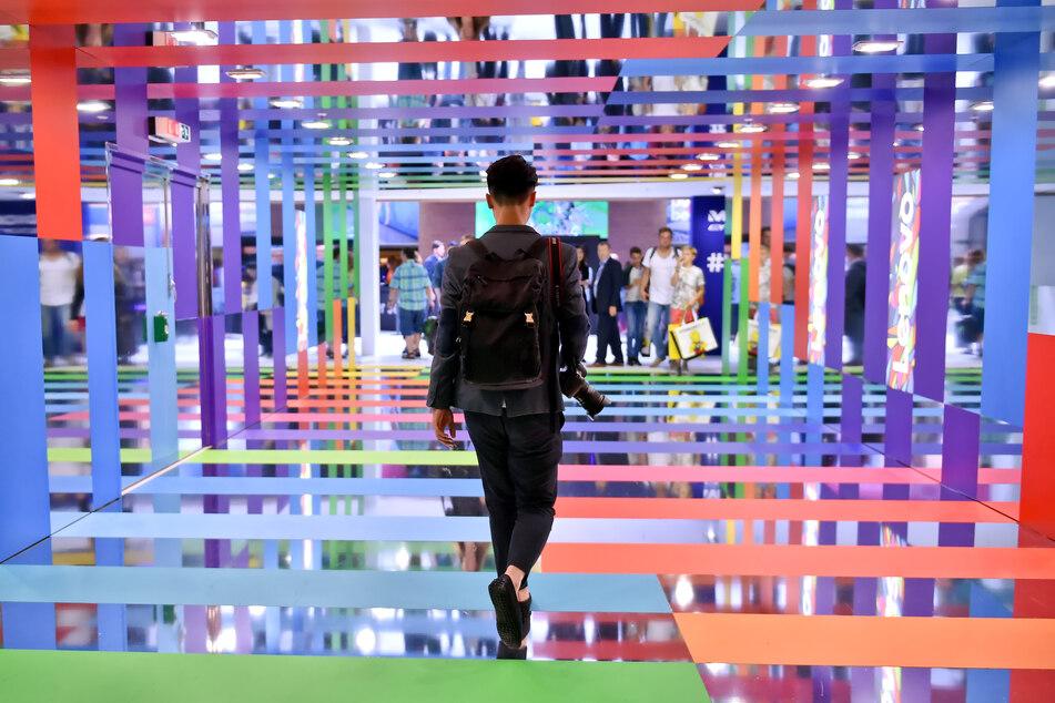 Besucher gehen über die Elektronikmesse IFA. Bis zum Jahr 2019 lockte die Technik-Messe IFA noch hunderttausende Besucher an; durch die Corona-Pandemie ist ein Messe-Event dieser Dimension nicht realisierbar.