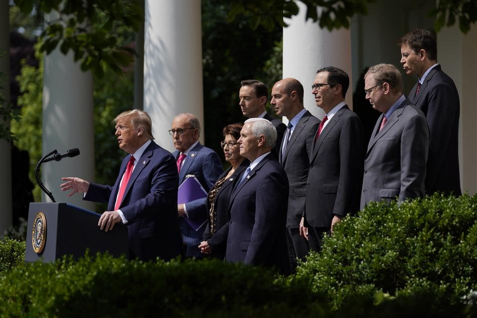 Donald Trump (l), Präsident der USA spricht während einer Pressekonferenz im Rosengarten des Weißen Hauses.