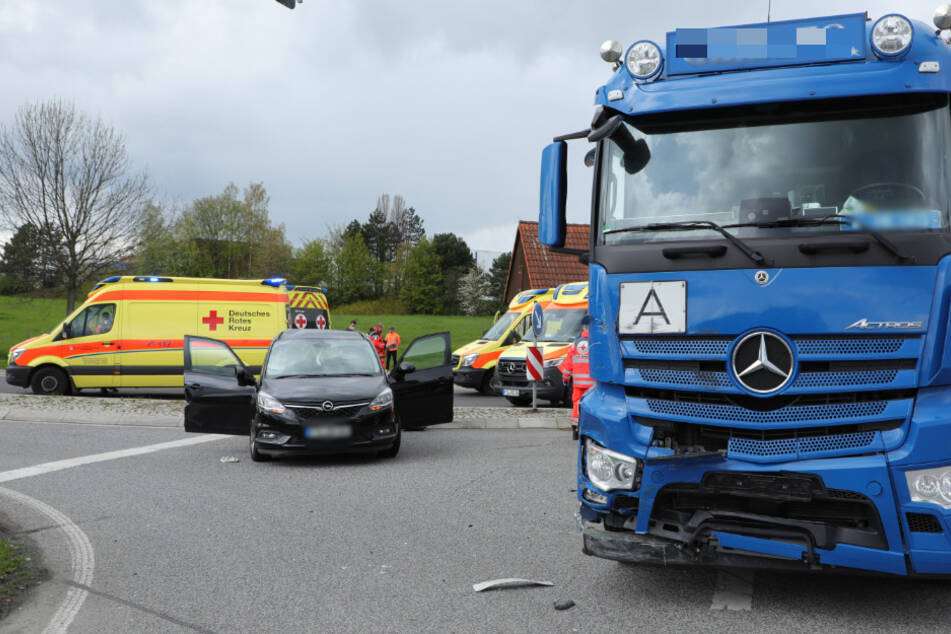 Dre blaue Lkw erfasste den Opel an einer Kreuzung auf der B173.