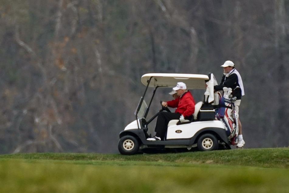 Donald Trump dreht im Golf-Cart seine Runden über einen Platz im National Golf Club in Sterling.