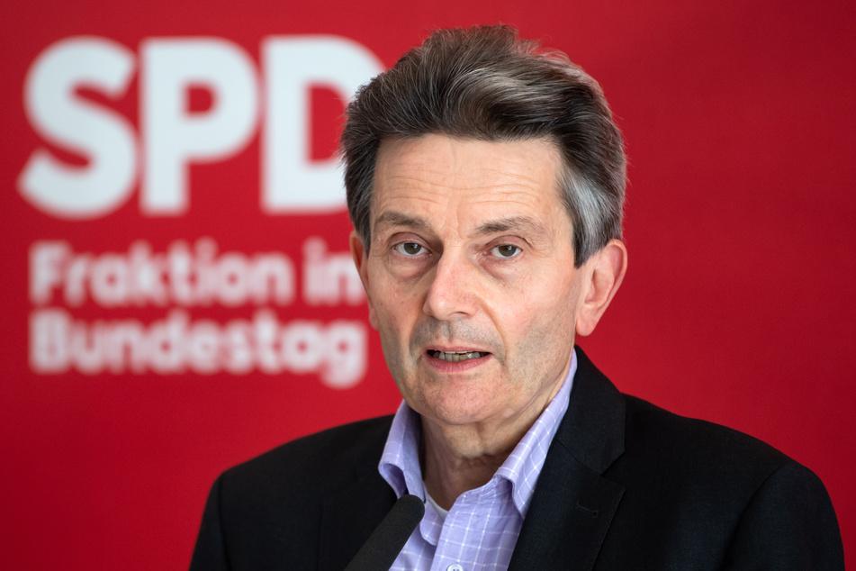 Angesichts der Gefahr durch das mutierte Coronavirus hat sich SPD-Bundestagsfraktionschef Rolf Mützenich (61) für eine Verlängerung der derzeitigen Schutzmaßnahmen ausgesprochen.