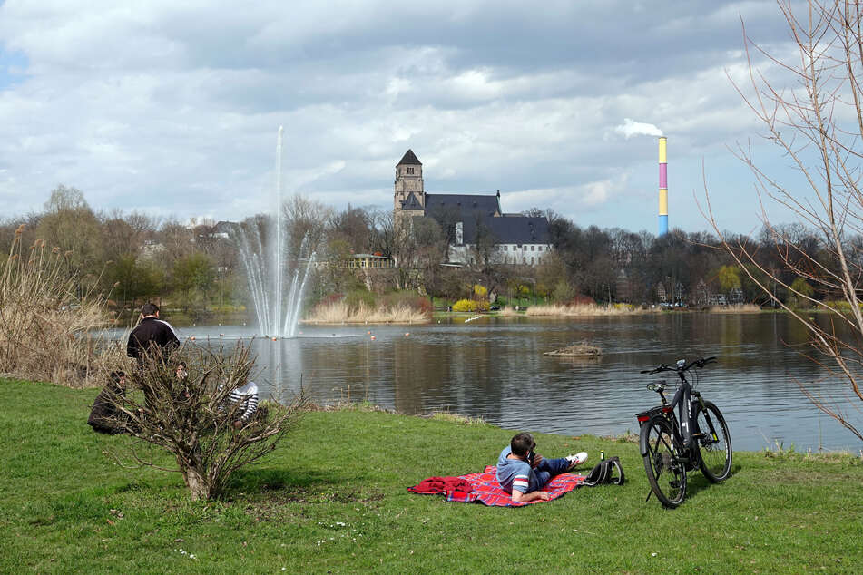 Das Thermometer fährt Achterbahn: Waren es am Sonntag angenehme 19 Grad am Schlossteich in Chemnitz...