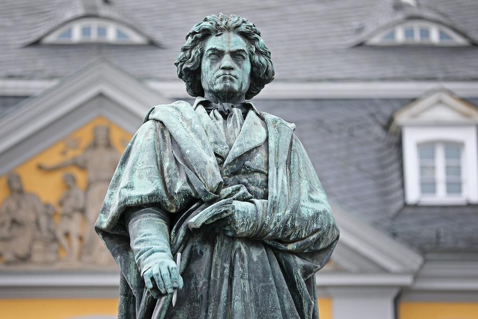 Eine Statue des Komponisten Ludwig van Beethoven steht in Bonn.