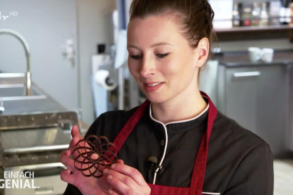 Chocolatier-Azubine Bettina Müller ist vom druckfrischen und perfekten Ergebnis angetan.