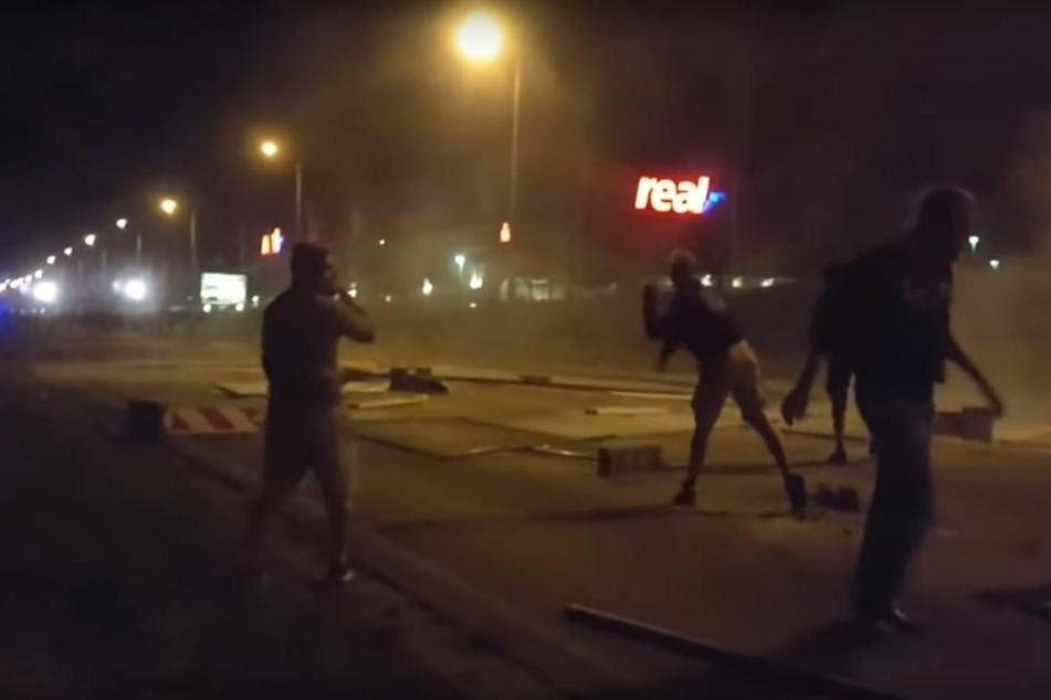 Videoaufnahmen zeigten den Krawallo mitten in einer Gruppe Steinewerfer.