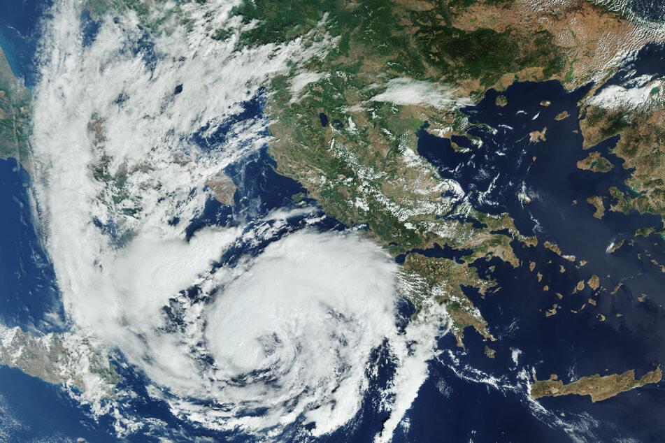 """Das Satellitenbild vom Erdbeobachtungssatellit Kopernikus Sentinel-3 zeigt den Wirbelsturm """"Ianos"""", der im Mittelmeer das Ionische Meer überquert und sich Griechenland nähert."""