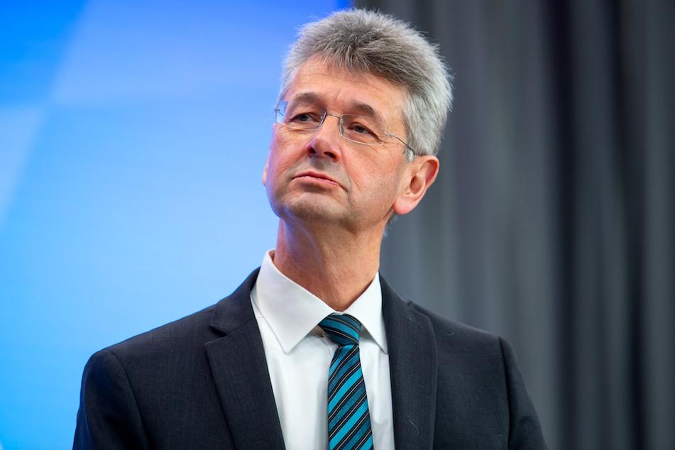 Michael Piazolo (61, Freie Wähler), Kultusminister von Bayern, trifft sich mit der Schulgemeinschaft.