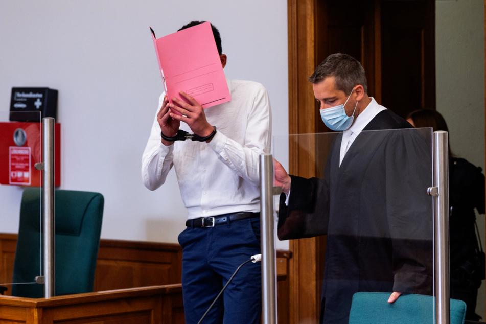 Fares A. (19, links) ließ durch seinen Anwalt Moritz Klay ein Geständnis verlesen.
