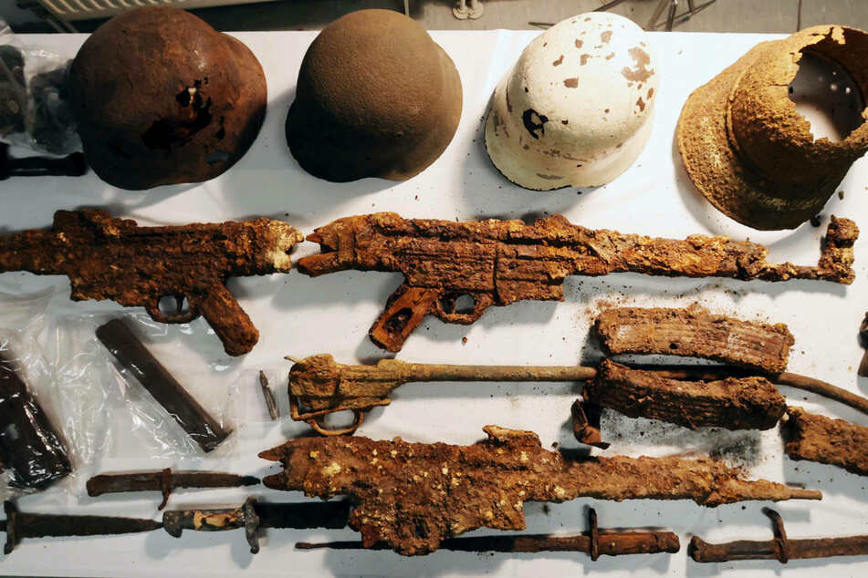 """Waffen, Munition und andere Fundstücke, die ein sogenannter """"Sondengänger"""" sichergestellt hat. Die Berliner Polizei hat am Dienstag bei einem 61-Jährigen ähnliche Funde beschlagnahmt. (Symbolfoto)"""