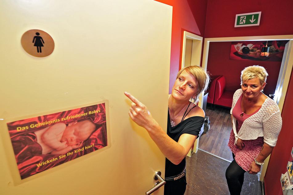 Zu wenige Frauen-Toiletten: Darüber beschweren sich auch Ines Leube (45, l.) und Heike Chaughry (46).