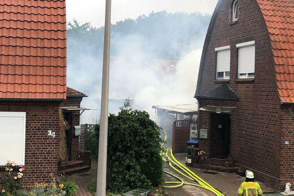 Beim Eintreffen der Feuerwehr brannte der Carport schon lichterloh.