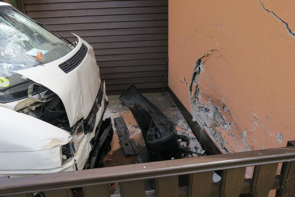 Gegen diese Hauswand im Breitenbrunner Ortsteil Rittersgrün knallte am Dienstag ein Transporter-Fahrer (67). Der 67-Jährige starb noch am Unfallort.