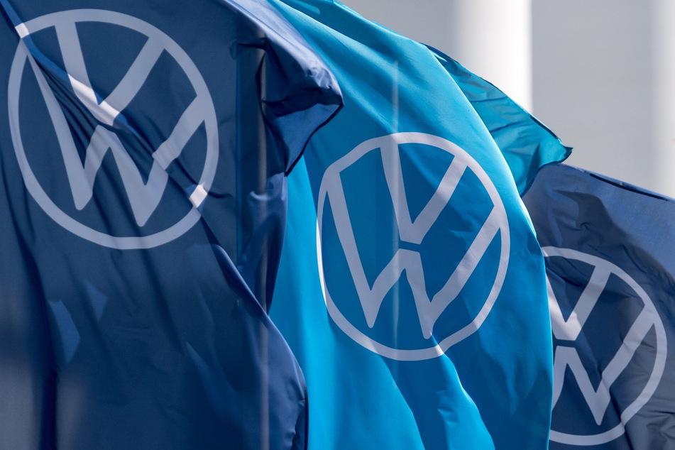 Fahnen mit dem VW-Logo wehen im Fahrzeugwerk von Volkswagen in Zwickau.