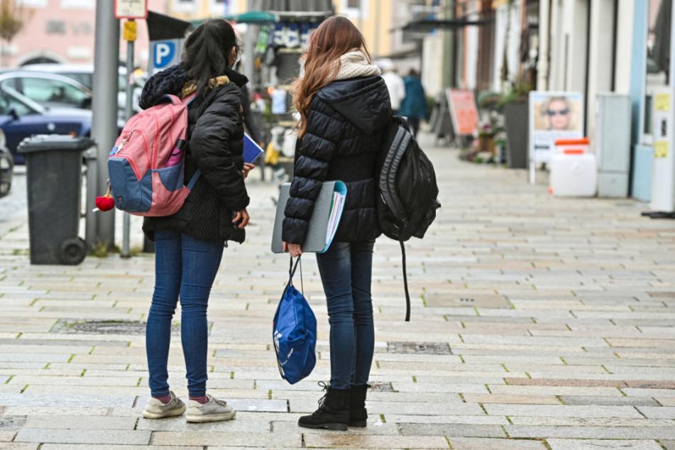 Schüler stehen in der Pfarrkirchener Innenstadt. Ab Dienstag brauchen Menschen einen triftigen Grund, um sich hier aufzuhalten.