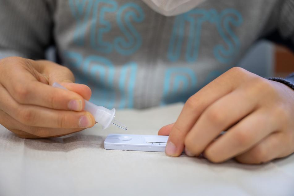 Ein Schüler macht in seiner Klasse einen Corona-Schnelltest.