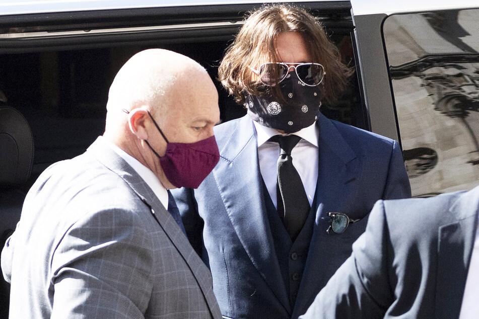 """Johnny Depp (57, r.) kommt zur Anhörung in seiner Verleumdungsklage gegen den Verlag der Boulevardzeitung """"The Sun""""."""