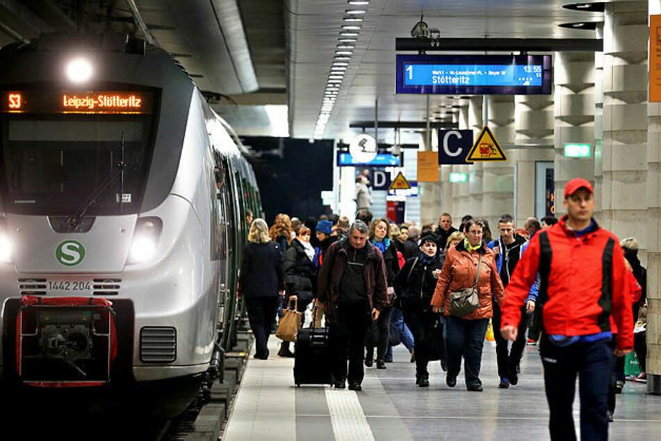 Weil er keinen Mundschutz tragen wollte: Mann schlägt Zugbegleiterin in Leipzig mit Faust ins Gesicht
