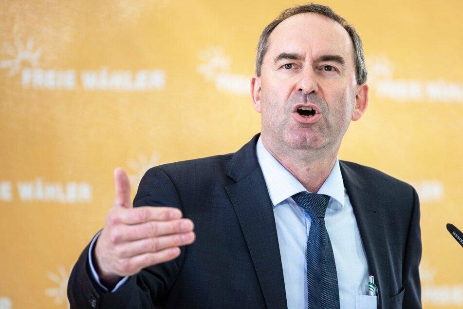 Bayerns stellvertretender Ministerpräsident Hubert Aiwanger (50) will kostenlose Antikörpertests, statt Bratwürste für Impfungen.