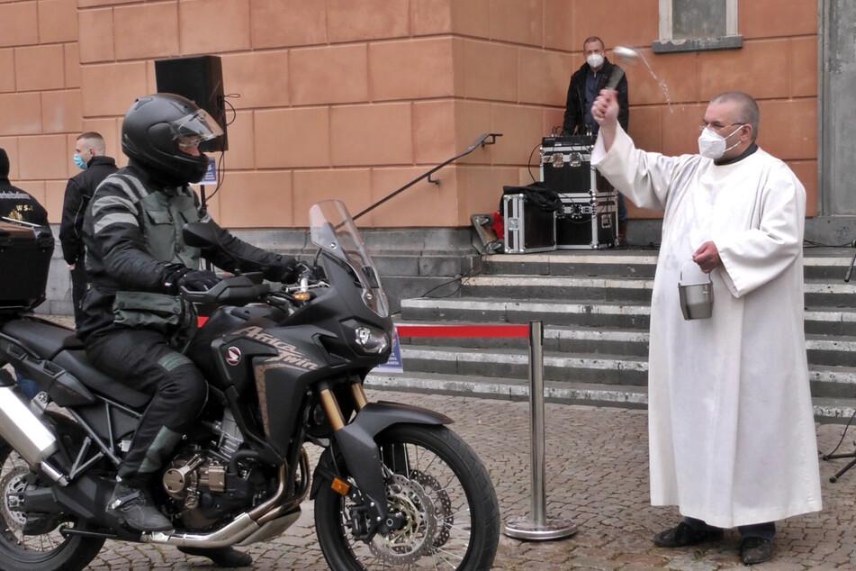 In Wuppertal gab es den Segen für etwa 30 Biker zum Start in die Saison.