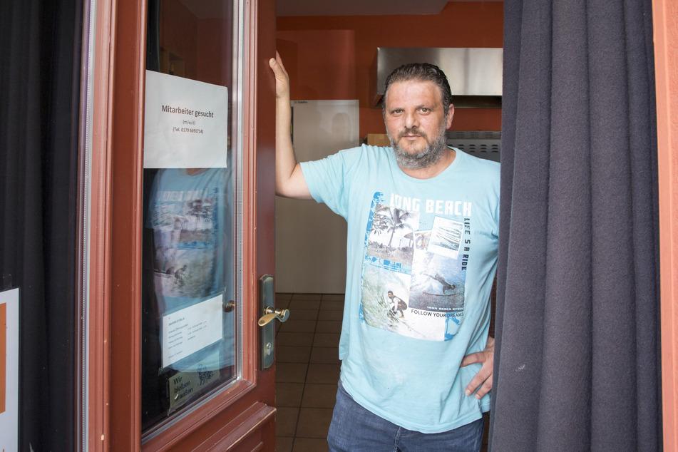 """Abramo Nardiello (49) hat an die Tür vom """"Sapori D'Italia"""" eine Mitarbeiter-Such-Anzeige geklebt."""