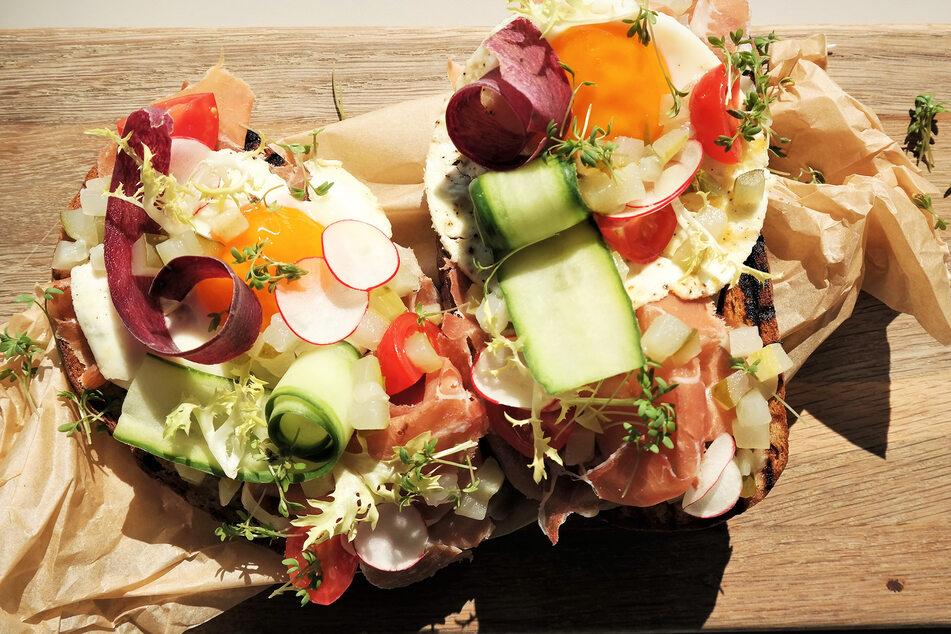 Mit knackigem Gemüse kaum wieder zu erkennen: Strammer Max - Schwarzbrot mit Schinken und Spiegelei.