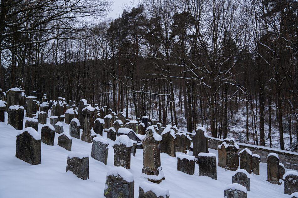 Der Jüdische Friedhof von Reckendorf im nördlichen Landkreis Bamberg und die Grabsteine auf dem Friedhof sind mit Schnee bedeckt.
