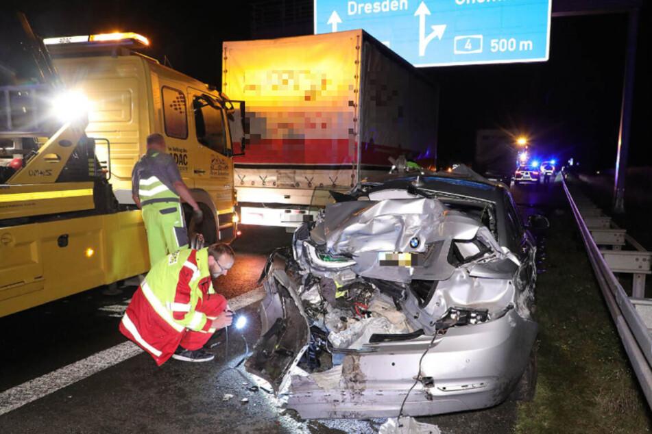 Unfall auf A14: Kleinlaster prallt gegen zwei Autos, zwei Personen schwer verletzt!
