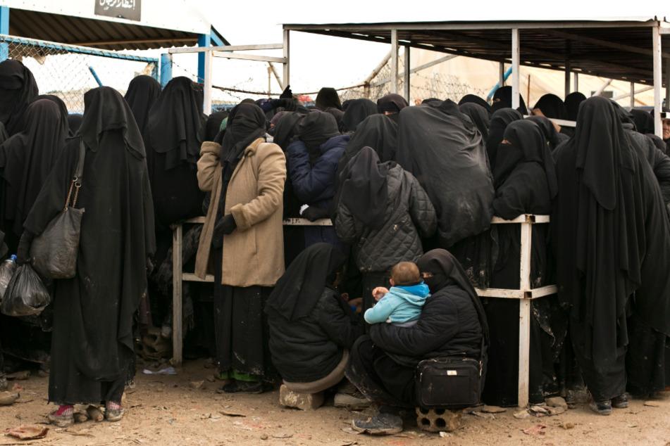 Syrien: Frauen stellen sich für Hilfsgüter im Lager al-Hol an.