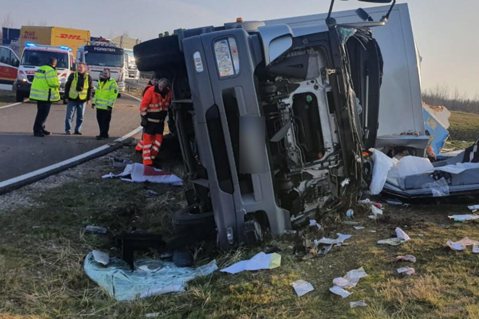 Unfall A38: Schwerer Unfall auf der A38 bei Leipzig: Lastwagen-Fahrer aus Wrack befreit