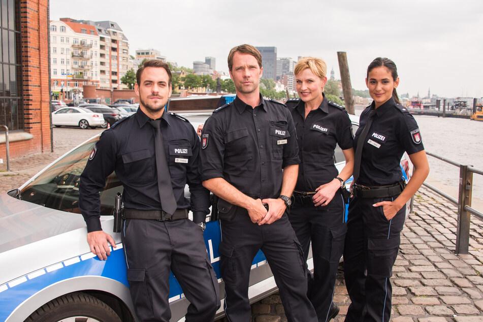 Die Schauspieler Marc Barthel, Matthias Schloo, Sanna Englund und Aybi Era (von links) stehen während eines Fototermins zusammen.